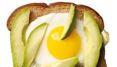 Eier sind die reinsten Proteinbomben. Sie machen lange satt und schmecken besonders den Muskeln nach dem Workout!