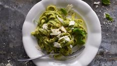 Jestli kdy existovala lahodnější omáčka na těstoviny než ta z máslového avokáda a pikantního špenátu, dá práci ji najít. Raw Vegan, Guacamole, Ethnic Recipes, Model, Food, Meal, Scale Model, Eten
