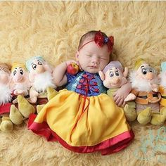 Snow White and The Seven Dwarf Monthly Baby Photos, Newborn Baby Photos, Newborn Pictures, Baby Pictures, Disney Princess Babies, Baby Disney, Newborn Halloween, Unisex Baby Names, Foto Baby