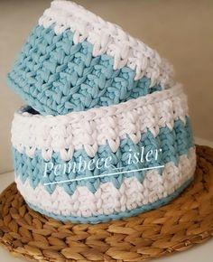 Cesta a crochet combinada en azul y blanco.
