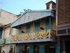 Maison typique de la ville de Basse-Terre Case Creole, Colonial, Georgian Buildings, Caribbean Art, Photos Voyages, Black Sand, Island Life, St Kitts, Victorian