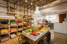 Check out local farmers market Dallas locations that. Farmers Market Display, Farmers Market Recipes, Organic Market, Fresh Market, Mercado Vintage, Fruit And Veg Shop, Vegetable Shop, Supermarket Design, Farm Shop