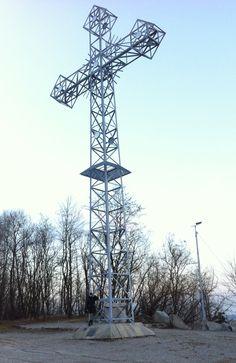 Krzyż Milenijny w Czatkowicach. Spod krzyża widać czynny kamieniołom.