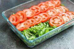 Przekładana sałatka z pomidorów i szpinaku ⋆ M&M COOKING Feta, Grilling, Food And Drink, Vegetables, Healthy, Funny Food, Recipies, Salads, Crickets