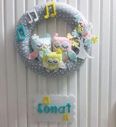 İsme Özel, Baykuş ve Müzik Temalı Bebek Kapı Süsü Gri puantiye zemin üzerine, baykuş ailesi ve nota süslemeli bebek kapı süsü.28 cm.... 306563