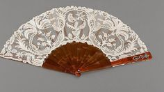 Otra de las «joyas» reales a la venta es este abanico, decorado con el monograma de la Reina Victoria Eugenia y con un precio base de 5.000 euros