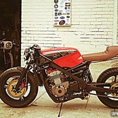 Une Kawasaki GPZ 500 cafe-racer, signée Lizard King Custom... Kawasaki Cafe Racer, Cafe Racer Bikes, Scrambler, Motorcycle, King, Building, Inspiration, Ideas, Cool Bikes