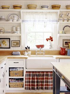 Cocina rural, me encanta la ropa para tapar el fregadero y poner orden en la cocina | I like the shelf up high for displaying the bowls and the blues in the kitchen. Kitchen Order from http://www.bhg.com/holidays/july-4th/decorating/decorating-cottage-red-white-blue/#page=9