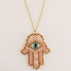 Hamsa halskæde i nude og cremet hvide nuancer Loom Bracelet Patterns, Bead Loom Bracelets, Peyote Patterns, Beading Patterns, Beaded Jewelry, Handmade Jewelry, Diy Jewelry, Hamsa, Beading Projects