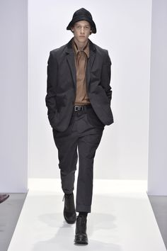 Margaret Howell Fall 2020 Ready-to-Wear Fashion Show - Vogue Margaret Howell, London Fashion Weeks, Fashion 2020, Mens Fashion, Fashion Outfits, Vogue Paris, Autumn Fashion Casual, Fashion Show Collection, Mannequins
