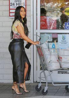 Kim Kardashian Street Style in a Narrow Black PVC Crisscross Tie Sandals Shopping Calabasas Autumn Winter 2020 Kim Kardashian Blazer, Kim Kardashian Bikini, Kim Kardashian Before, Kim Kardashian Images, Kim Kardashian Wedding, Kardashian Style, Kim Kardashian Yeezy, Kardashian Jenner, Skirts