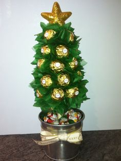 Ferrero Rocher Christmas Lolly Tree Christmas Food Gifts, Noel Christmas, Christmas Candy, Christmas Projects, Christmas Wreaths, Christmas Decorations, Candy Flowers, Candy Trees, Candy Arrangements
