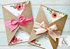 Nos encanta el estilo de esta invitación. La combinación de papel kraft del sobre con dos solapas con las flores estilo acuarela del diseño de la tarjeta. Para darle el toque elegante, contrastando…
