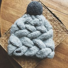 Sideways cabled hat (ravelry : Selivanova)