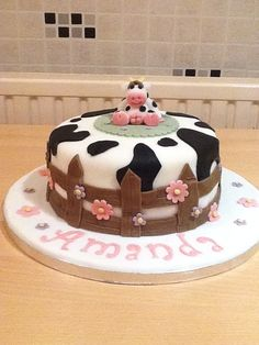 I like the fence. Cow Birthday Cake, Farm Birthday, Girl First Birthday, Cow Cupcakes, Farm Cake, Ice Cake, Animal Cakes, Cakes For Boys, Girl Cakes