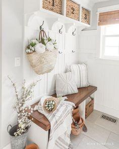 Spring Home Decor, Diy Home Decor, Country Decor, Farmhouse Decor, Country Homes, House Color Palettes, Foyer Decorating, Decorating Ideas, Bench Designs