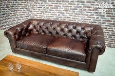 Dark Chesterfield sofa and others sofas to discover at PIB, the specialist in vintage furniture, lighting and decorating style. Vintage Furniture, Cool Furniture, House Furniture, Cuir Chesterfield, Sofa Chester, Barber Shop Interior, Sofas, Loft Stil, Luxury Modern Homes