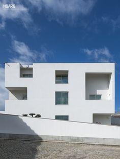 FC HOUSE - Facade - #noarq #renovation #architecture #houses #facade #window #white #whitedesign - by José Carlos Nunes de Oliveira - © NOARQ - Deco Design by B.Loft + OBibelot - Photography by Arménio Teixeira