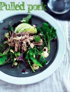 pulled pork serveret med salat, æble og chilimayo