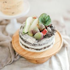 Naked cake topped with figs and pears
