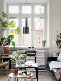 Get inspired by this inspiring Scandinavian bohemian interior. Filled with greens, light, books and vintage pieces. Get bohemian interior decor tips today! Living Room Designs, Living Room Decor, Living Spaces, Interior Bohemio, Sweet Home, Bohemian Interior Design, Scandinavian Home, Home And Deco, Interior Design Studio