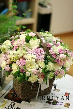 꽃바구니,플라워바스켓(Flower Basket)_[플라워스쿨,루시안]취미반 플라워레슨 :: 네이버 블로그 Cut Flowers, Fresh Flowers, Beautiful Flowers, Basket Flower Arrangements, Floral Arrangements, Wedding Bouquets, Wedding Flowers, Rose Thorns, Pink Sparkles