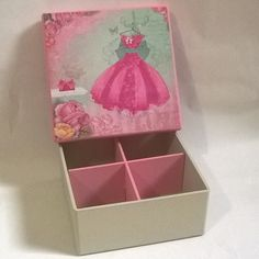 Caixa 14x14 com divisórias. Tinta pva cintilante Corfix areia e rosa bebê. Papel Scrap decor Litoarte SDSXV -041