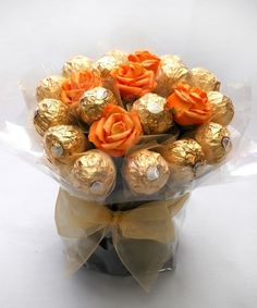 [gallery] This festive candy bouquet is perfect for any thanksgiving centerpiece. This arrangement is a great gift for fall holidays. Chocolate bouquets are Diy Bouquet, Candy Bouquet, Valentine Baskets, Valentine Gifts, Ferrero Rocher Bouquet, Chocolate Flowers Bouquet, Sweet Trees, Candy Flowers, Edible Crafts
