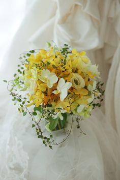 パレスホテル様へお届けした蘭のブーケ、ご結婚式のテーマカラーは黄色。でもドレスの総レースの繊細さにあわせて、黄色の蘭をメインにしかし繊細に。では皆様今日も...