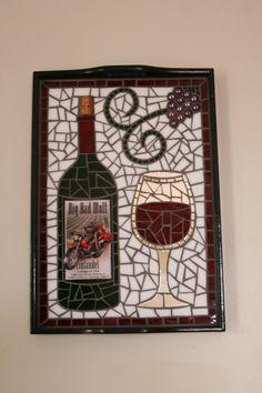 Artículos similares a Vidrio mosaico de etiqueta única botella de vino bandeja de la porción ~ arte de pared en Etsy