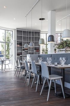 Leuke stoelen! en de gekleurde grijze lampen Cafe society restaurant: The Standard, Copenhagen....