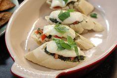 Bruschetta met mozzarella, pesto en basilicum