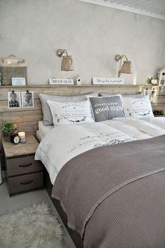Schlafzimmer im Landhausstil. King Size Bett. Natürtöne machen es gemütlich, Dekoboard über dem Bett. >> #decoration #deco #home #bedroom bed