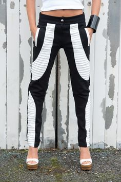 Slim fit leggings in the most classic combination- Black and White. These monochrome cigarette pants are just for you if you want to be noticed! It's enough just to add a simple top and your outfit is complete!