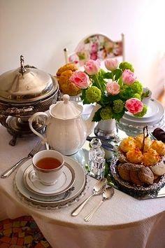 Nothing quite like an English High Tea - English tea Brunch, Coffee Time, Tea Time, Café Chocolate, Chocolate Caliente, Afternoon Tea Parties, Tea Sandwiches, My Cup Of Tea, Tea Service