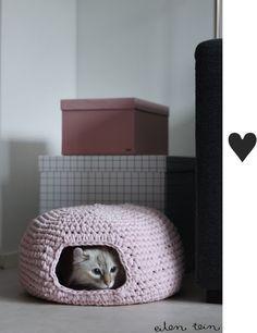 e você tem gato, sabe o quanto eles amam se enfiar nos espaços mais mínimos: atrás do sofá, dentro de caixas, de baús e até cestas. É por isso que essa casinha feita de crochê é o sonho de qualquer bichano: lá eles ficam protegidos, quentinhos e muito aconchegados. Para quem tem intimidade com as agulhas, este projeto é uma ótima pedida.