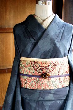 グレーに近いパウダーブルーと黒の糸で織り出されたシャドウブルーグレーのカラーも美しく、モダンファブリックを思わせるような大きな水玉模様が織り出された正絹御召の袷着物です。