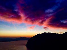 Lago d'Iseo, nuvole rosa e cielo arancio: il tramonto è mozzafiato