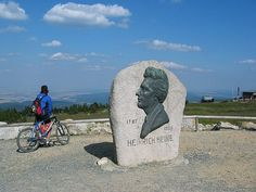 """Heinrich Heine Denkmal. H eine überquerte 1824 anlässlich seine """"Harzreise"""" den Brocken und setzte ihm mit seinem Werk ein literarisches Den..."""