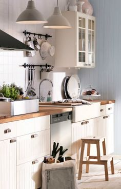 Jó a munkalap, jó a bútor, jók a lámpák. (Balázs) We are considering redoing our kitchen right now. Love this look...butcher block counters, white, the drawer pulls, the pendant lighting (Ikea)