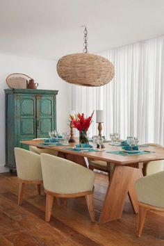 Mesa de jantar Cajaíba, em freijó, por R$ 4.099; cadeira Jurubaíba com base em freijó estofada em lona de diversas cores por R$ 1.900