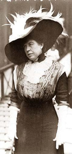 """The Unsinkable"" Molly Brown steps off the Carpathia after being rescued from the Titanic. No wonder they cast Kathy Bates to play her in Titanic! Great Women, Amazing Women, Titanic Photos, Photos Du, Old Photos, The Unsinkable Molly Brown, Costume Ethnique, Titanic Survivors, World History"