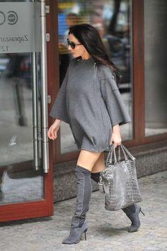 Jeśli ktoś jeszcze potrzebował dowodu, że kobiety w ciąży mogą być sexy, to po tych zdjęciach nie może mieć już wątpliwości! Justyna Steczkowska ubrała króciutką tunikę i pochwaliła się nogami. Piosenkarka robi wrażenie swoim seksapilem, wyczuciem mody i - jak widać na zdjęciu - sprawnością fizyczną...