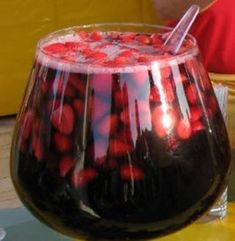 (It is a drink that has red wine with strawberries and sugar that has little to do with the French town. Refreshment of easy preparation and unique flavor, especially the harsh summers to spend capital). Cocktail Drinks, Fun Drinks, Alcoholic Drinks, Cocktails, Beverages, Spanish Dishes, Spanish Food, Spanish Recipes, Chilean Recipes