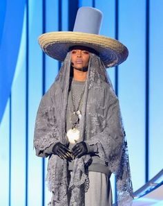 From the Soul Train Awards to the Met Ball red carpet, a look back at Erykah Badu's eccentric style and iconic hats. Afro Punk Fashion, Face Fashion, Woman Fashion, Soul Train Awards, Eccentric Style, Jacket Style, Bridal Style, Black Women, My Style