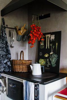 Puuhella, Pehtoorin pannu, opetustaulu Ebba Masalin, lyhtykukat kuivamassa. Old stove. Home Pub, 1950s House, Scandinavian Interior, Relax, Lounge, Rustic, Kitchen, 31, Printed Blouse