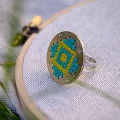 Anillo DIsco Bordado con  Punto Cruz plata y por FugaStudio en Etsy Fiber Art Jewelry, Jewelry Art, Jewelry Rings, Jewelery, Cross Stitch Embroidery, Cross Stitch Patterns, Rose Gold Ring Set, Wooden Ornaments, Metal Projects