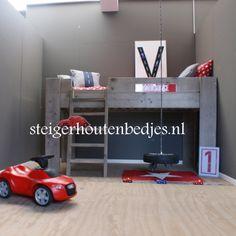 halfhoogslaper met speelhut http://www.steigerhoutenbedjes.nl/kinderbed-steigerhout