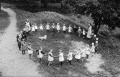 Piiri pieni pyörii Kaarinan lastenseimen pihalla. Naisten työssäkäyntiä edistävä tekijä oli lastentarhojen perustaminen. Yksityishenkilöt ja yhdistykset perustivat Turkuun kansanlastentarhoja jo 1890-luvulla, mutta kunnallinen lastentarhatyö alkoi Turussa vuonna 1937. Samana vuonna säädettiin asetus äitiysavustuksesta vähävaraisille naisille. Kuvaaja: H. Attila, 1931.  VA9810:7938