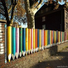 Foto: Recycled Art Foundation. Colorful fence...